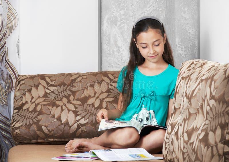 Dziewczyna jest czyta magazyn obrazy stock