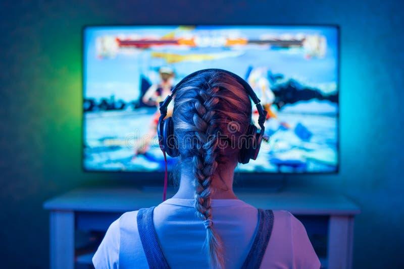 Dziewczyna jest gamer lub streamer przed telewizyjny bawić się jak w zegarku tła możliwe wykorzystanie obrazy royalty free