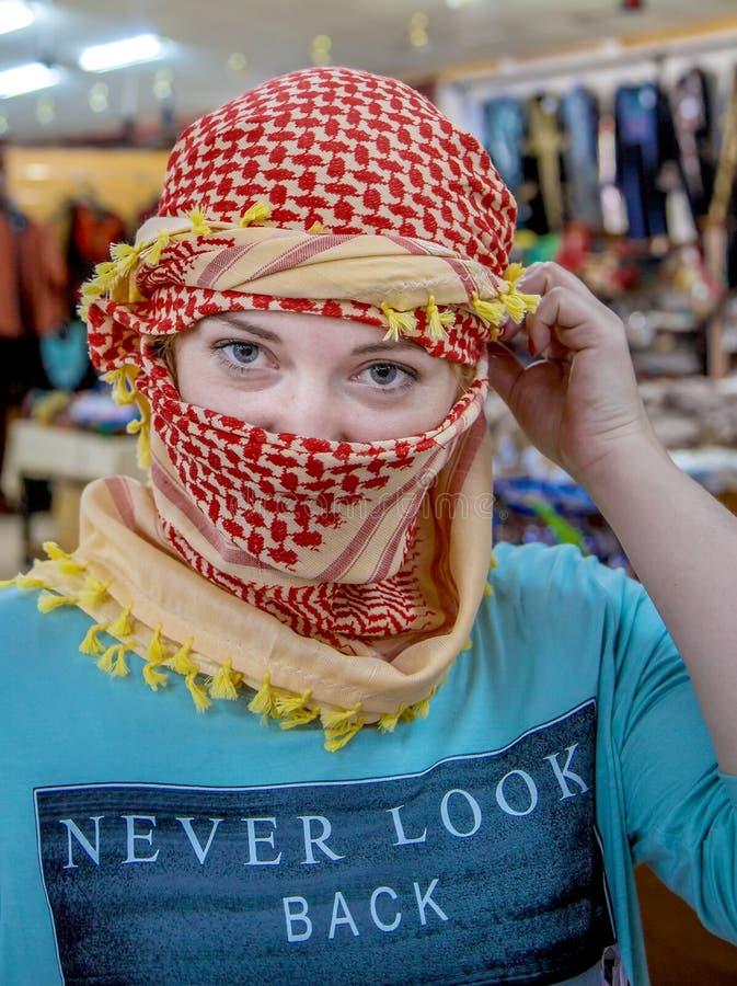 Dziewczyna jest ubranym chustka na głowę araba Slawistyczny pojawienie fotografia royalty free