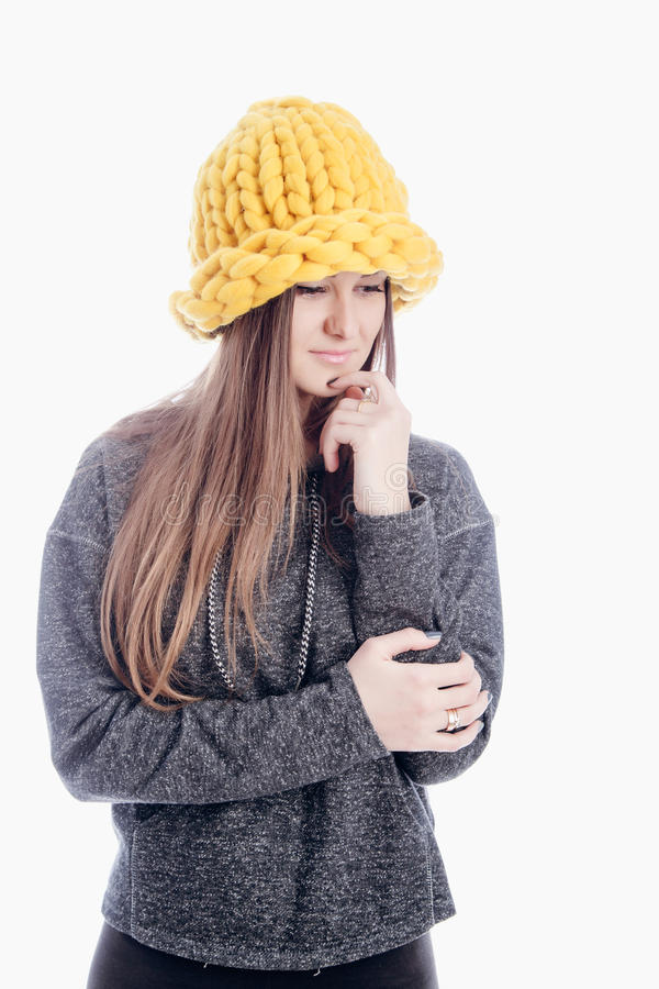 Dziewczyna jest ubranym gęstego kapelusz zdjęcie stock