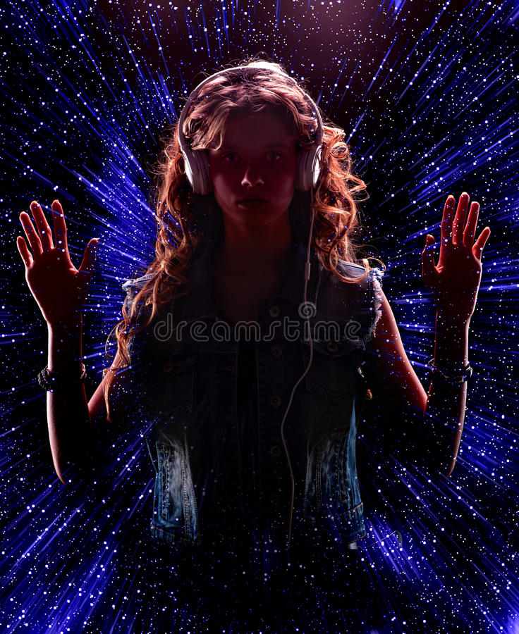 Dziewczyna jest ubranym muzycznego hełmofon na gwiazdy nocy tle obrazy royalty free