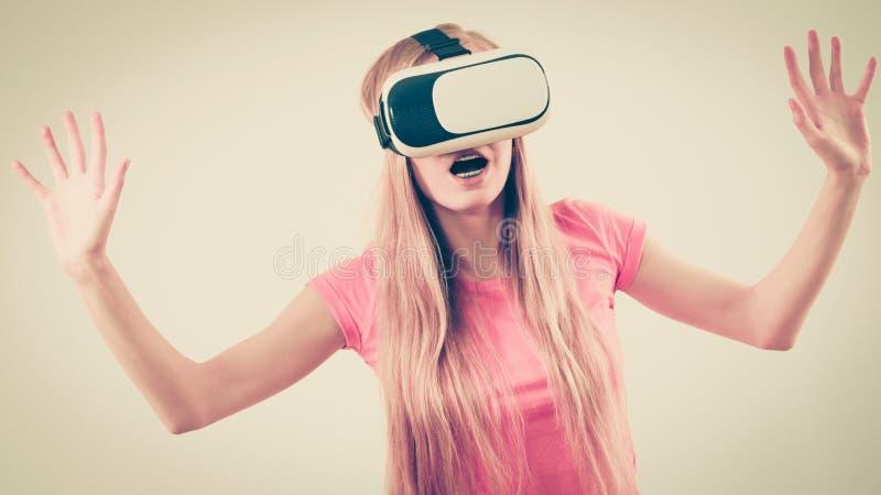 Dziewczyna jest ubranym rzeczywisto?? wirtualna gogle obraz royalty free