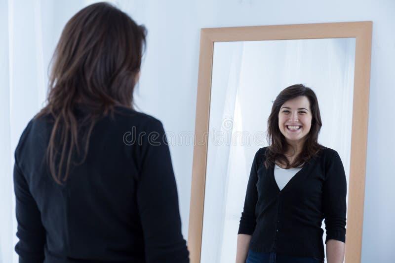 Dziewczyna jest ubranym sfałszowanego uśmiech obrazy royalty free
