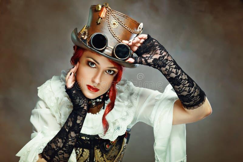 Dziewczyna jest ubranym steampunk kapelusz fotografia royalty free