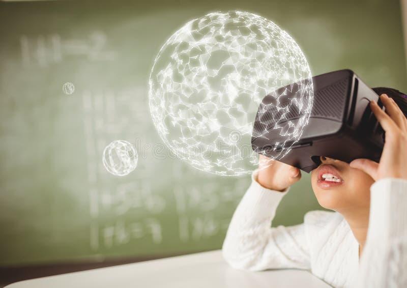 Dziewczyna jest ubranym VR rzeczywistości wirtualnej słuchawki z interfejsu okręgiem obraz royalty free