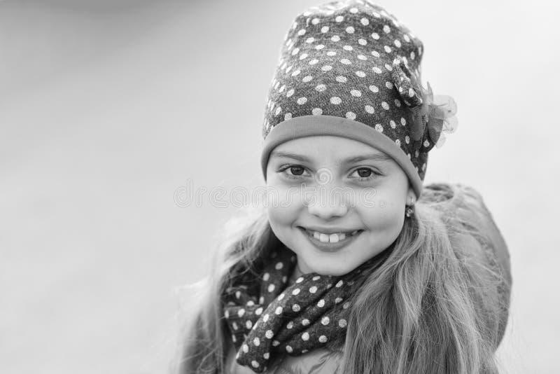 Dziewczyna jest ubranym zima kapelusz z szczęśliwą uśmiechniętą twarzą obrazy royalty free