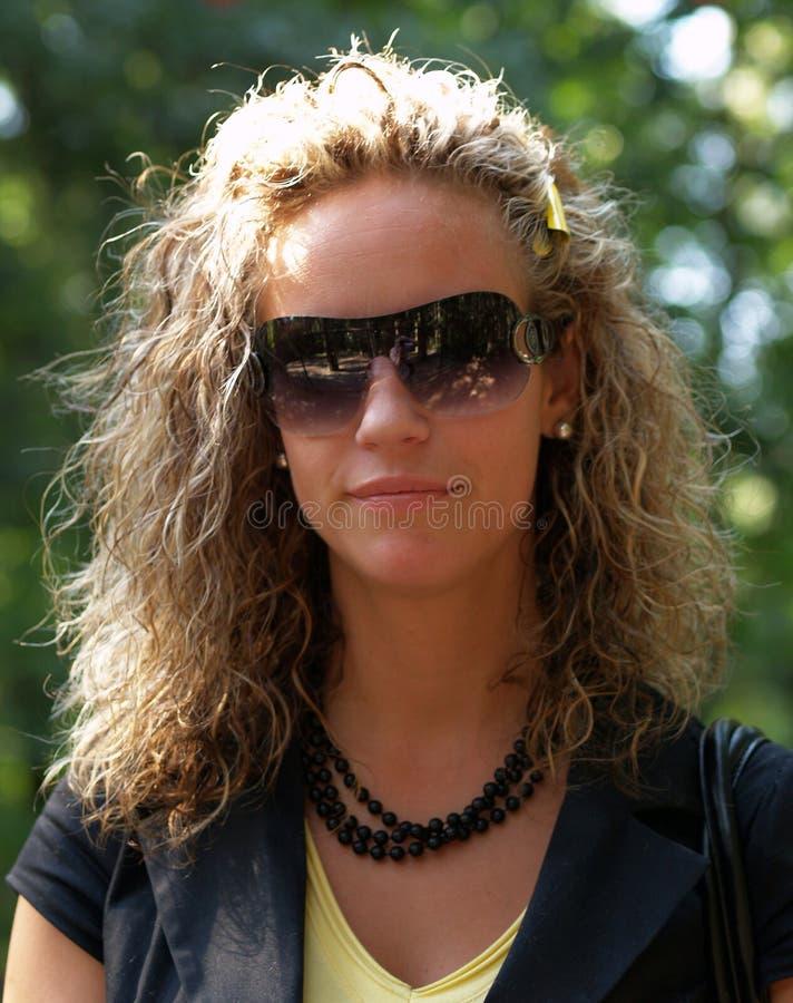 dziewczyna kędzierzawi okulary przeciwsłoneczne zdjęcia stock
