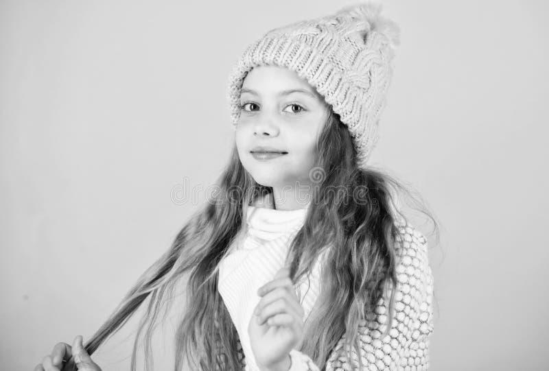 Dziewczyna kapeluszu menchii odzież dziający tło Zapobiega zima włosy szkodę Zimy włosianej opieki porady ty musisz zdecydowanie  obrazy stock