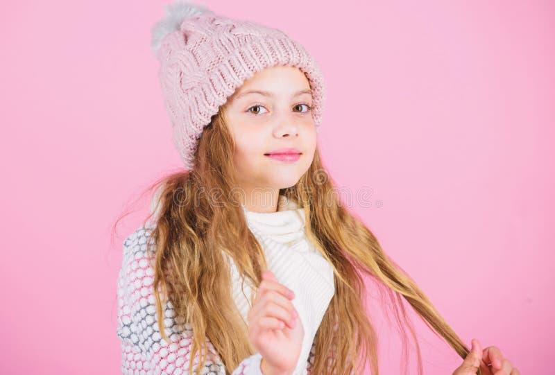 Dziewczyna kapeluszu menchii odzie? dziaj?cy t?o Zapobiega zima w?osy szkod? Zimy w?osianej opieki porady ty musisz zdecydowanie  zdjęcie stock