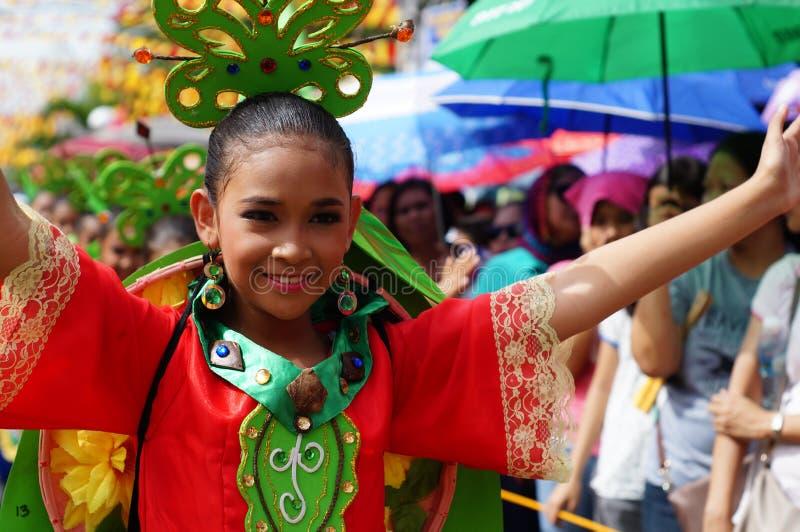 dziewczyna karnawałowi tancerze w różnorodnych kostiumach tanczą wzdłuż drogi fotografia royalty free