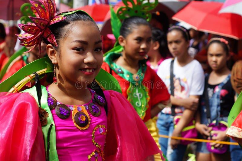 dziewczyna karnawałowi tancerze w różnorodnych kostiumach tanczą wzdłuż drogi obraz stock