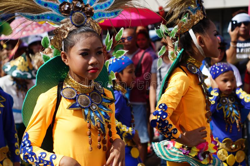 dziewczyna karnawałowi tancerze w różnorodnych kostiumach tanczą wzdłuż drogi fotografia stock
