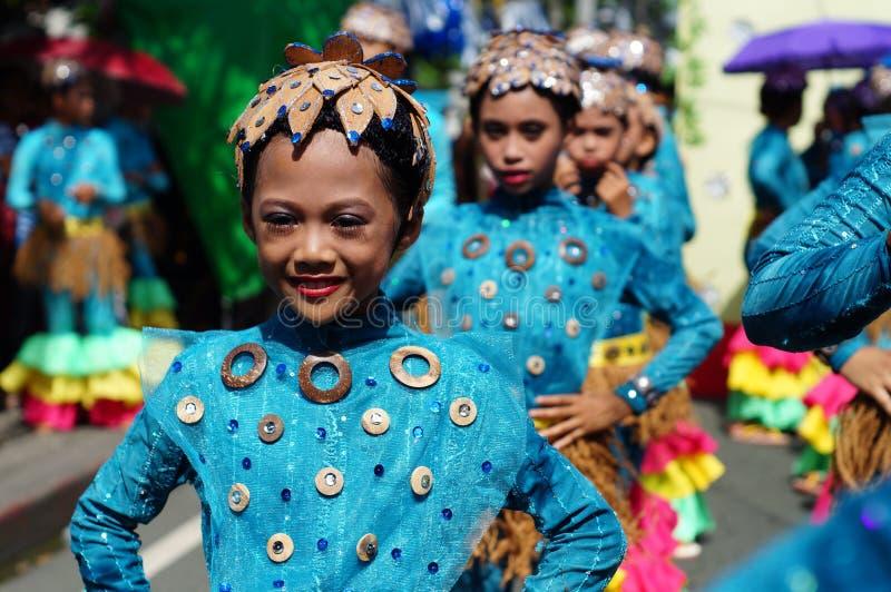 Dziewczyna karnawałowy tancerz w etnicznych kostiumach tanczy w zachwycie wzdłuż drogi zdjęcia royalty free