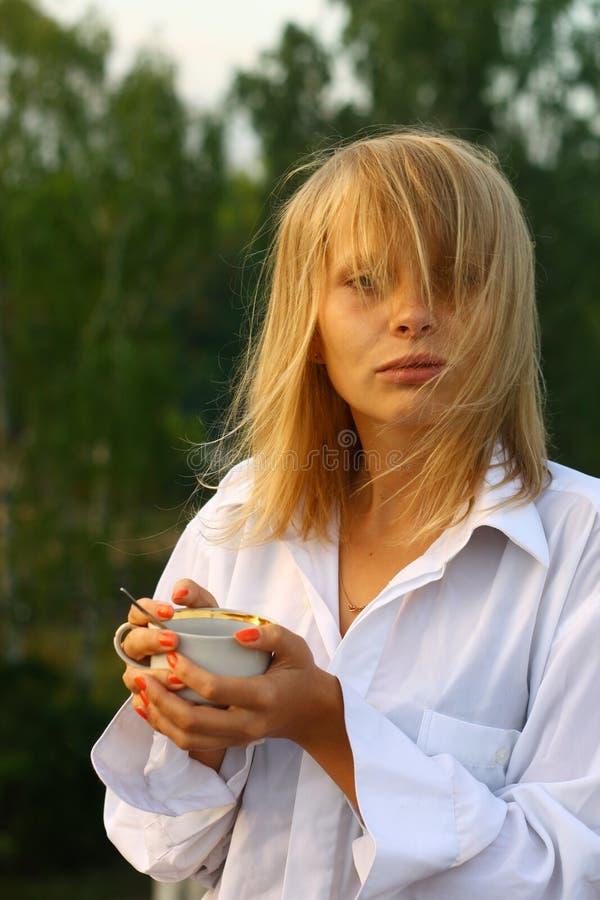 dziewczyna kawowy target104_0_ ranek fotografia royalty free