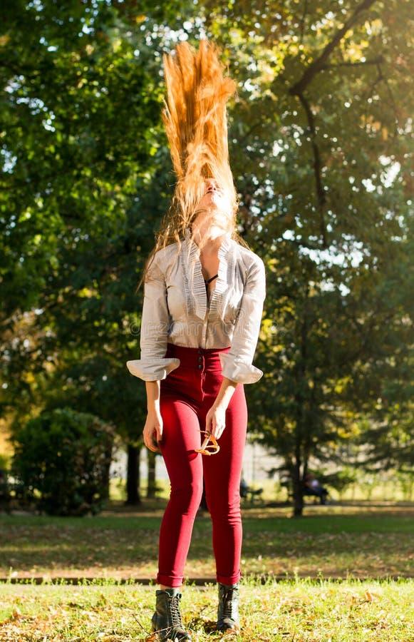 Dziewczyna kołyszący włosy w parku obrazy stock