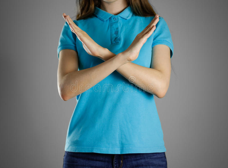 Dziewczyna krzyżował jego ręki Pokazuje prohibitory znaka z jego rękami obrazy stock