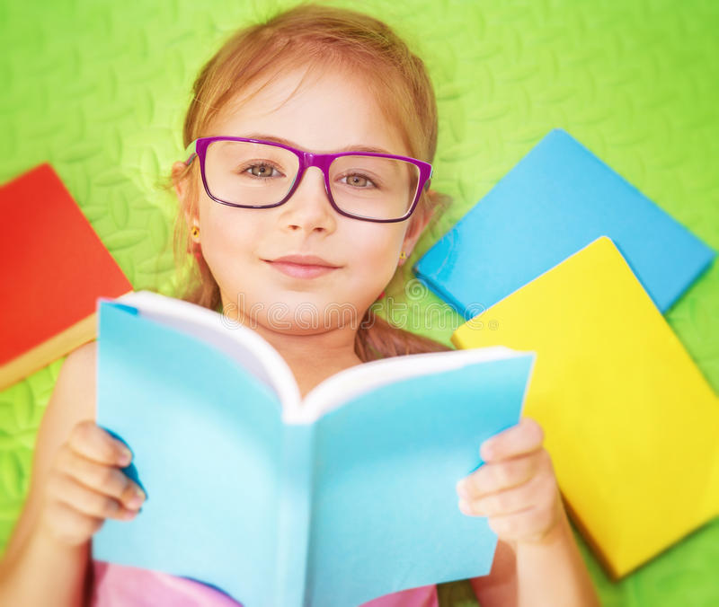 dziewczyna księgowej trochę odczytana fotografia royalty free