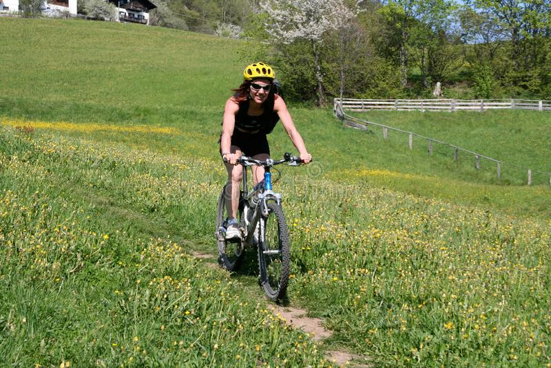Dziewczyna, która zjeżdża z góry na rowerze na zjeździe, Merano, 09.05.2019 obraz stock