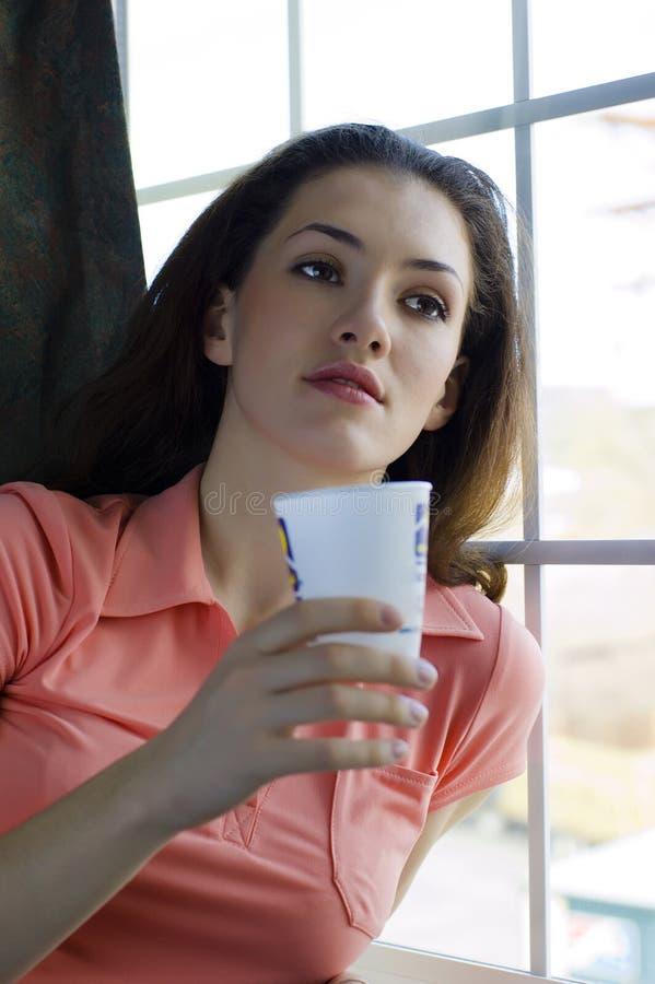 dziewczyna kubek zdjęcia stock