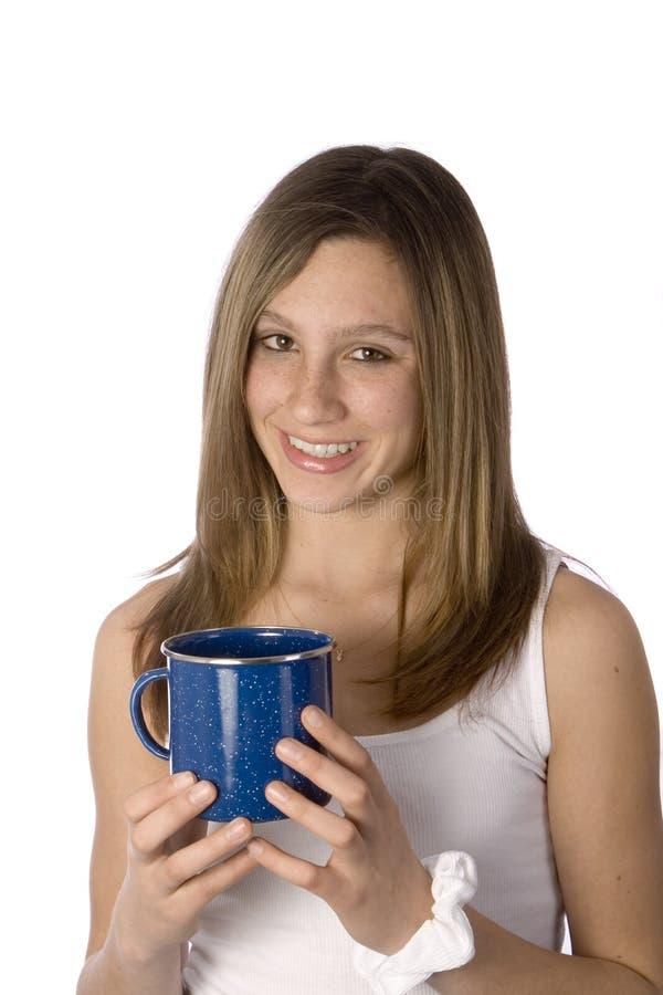 dziewczyna kubek kawy uśmiecha nastolatków. fotografia royalty free