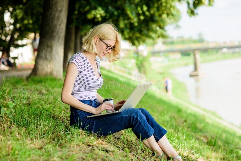 dziewczyna laptop Blogger zosta? inspiruj?cy z natury pisarz z notatnikiem kobieta biznes online Sieci komunikacja fotografia stock