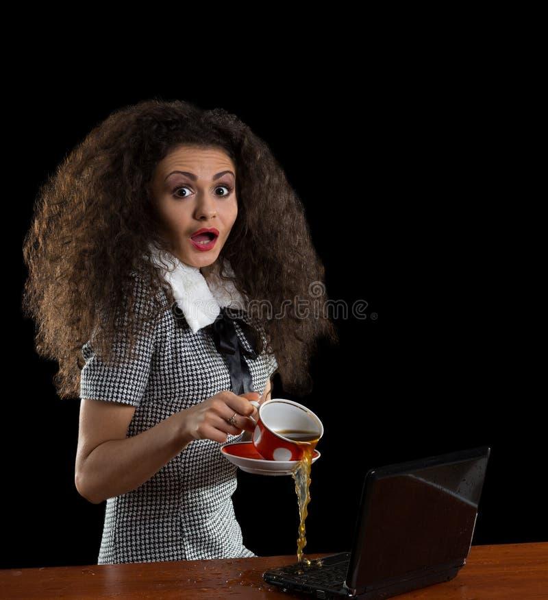 Dziewczyna, laptop i filiżanka kawy, obraz royalty free