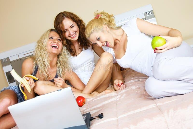 dziewczyna laptop trzy zdjęcia stock