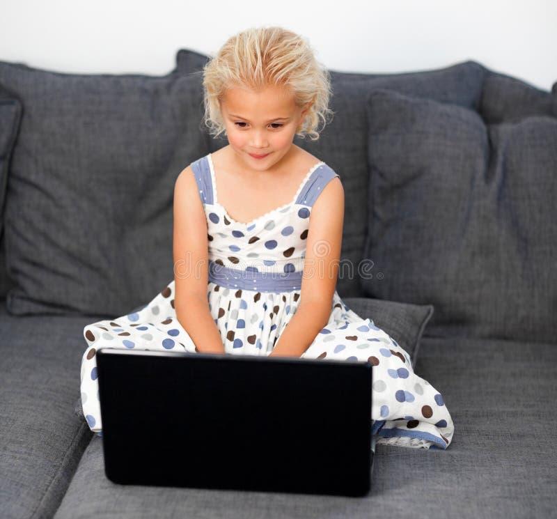 dziewczyna laptop używać potomstwo zdjęcia stock