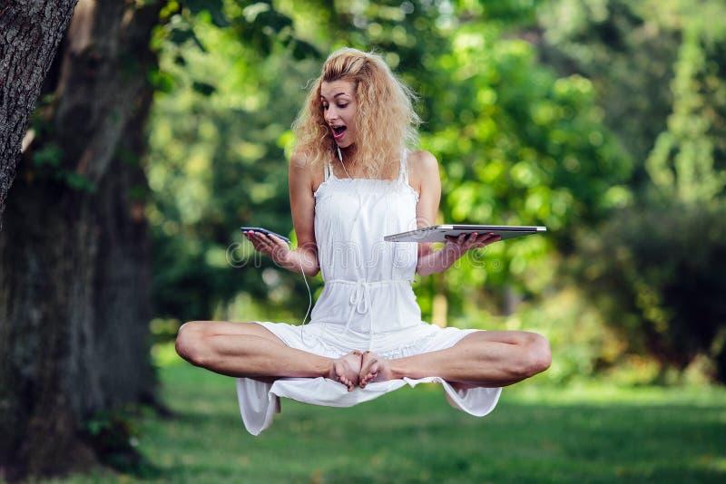 Dziewczyna levitates w naturze obrazy royalty free