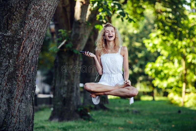 Dziewczyna levitates w naturze fotografia stock
