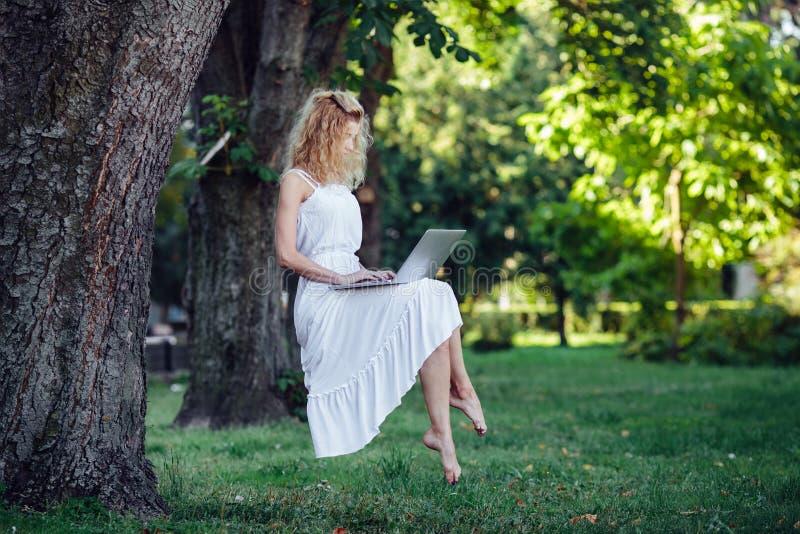 Dziewczyna levitates z laptopem fotografia royalty free