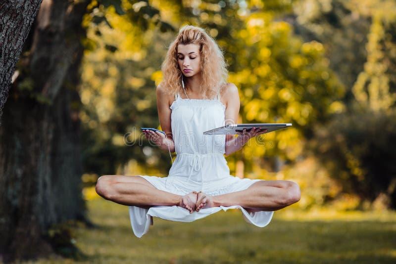 Dziewczyna levitates z laptopem zdjęcie stock