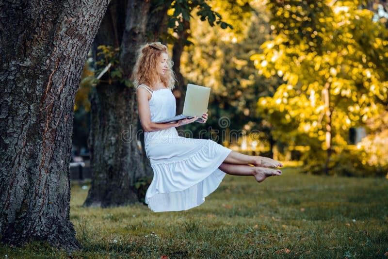 Dziewczyna levitates z laptopem obrazy stock