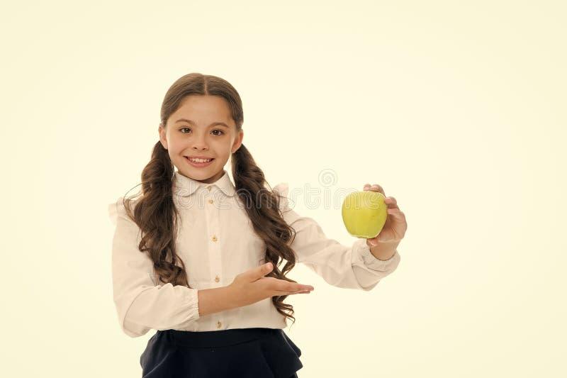 Dziewczyna ?liczny d?ugi k?dzierzawy w?osy trzyma jab?czanego owocowego bia?ego t?o Dziecko uczennica trzyma jab?ka Dziecko dziec obrazy stock