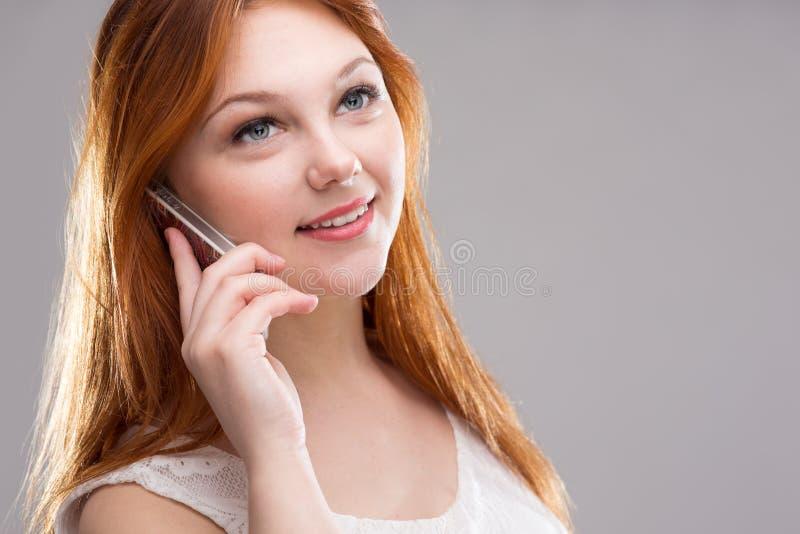 dziewczyna mówi, że telefon zdjęcia royalty free