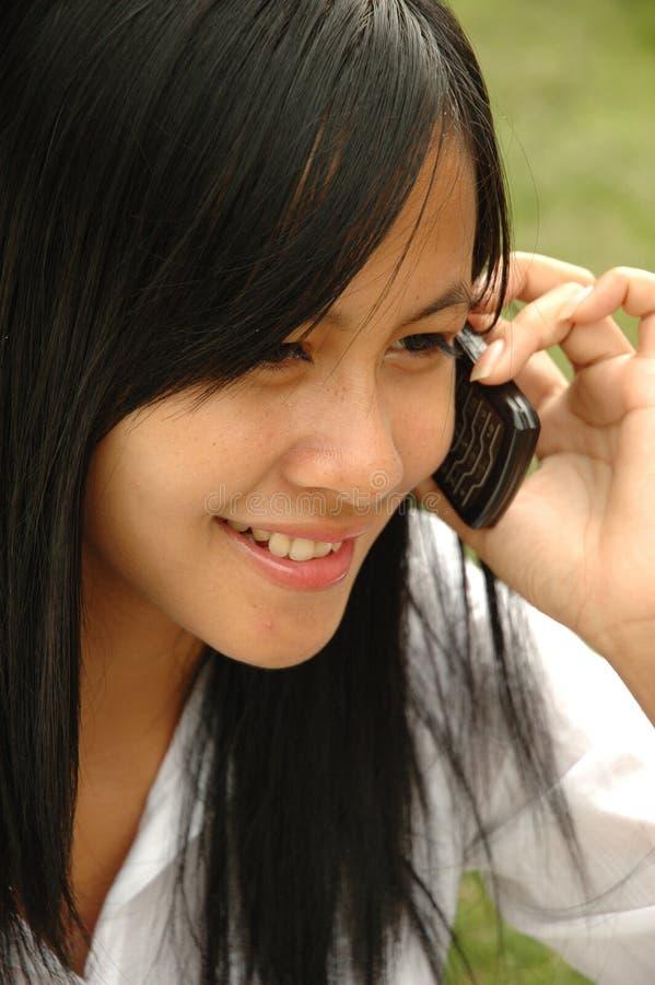dziewczyna mówi młody telefon zdjęcie royalty free