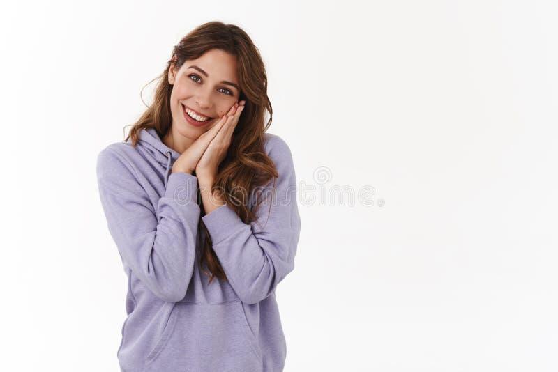 Dziewczyna mówi o uroczej dacie odsapuje rozochocone romantyczne chudy głowy palmy dotykał zadowolonego uśmiechniętego niemądrego zdjęcia stock
