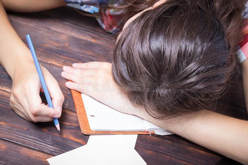 Dziewczyna męczący uczeń spada uśpiony Nauki sesja fotografia stock