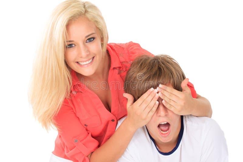 Dziewczyna młodego człowieka nakrywkowi oczy zdjęcia stock