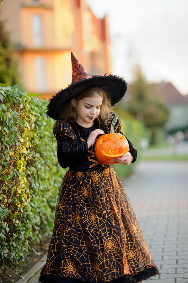 Dziewczyna młody szkolny wiek przedstawia złego enchantress zdjęcie royalty free