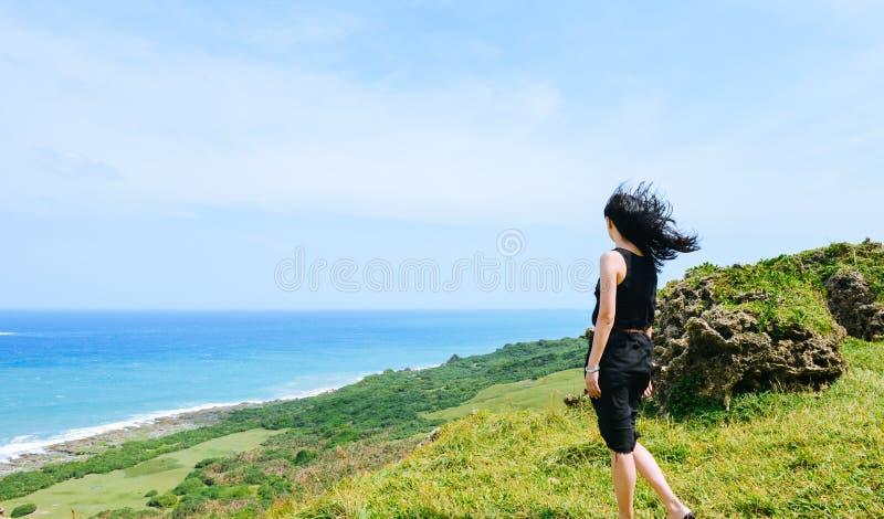 Dziewczyna ma zabawę przy Longpan parkiem, Kenting, Tajwan zdjęcie stock
