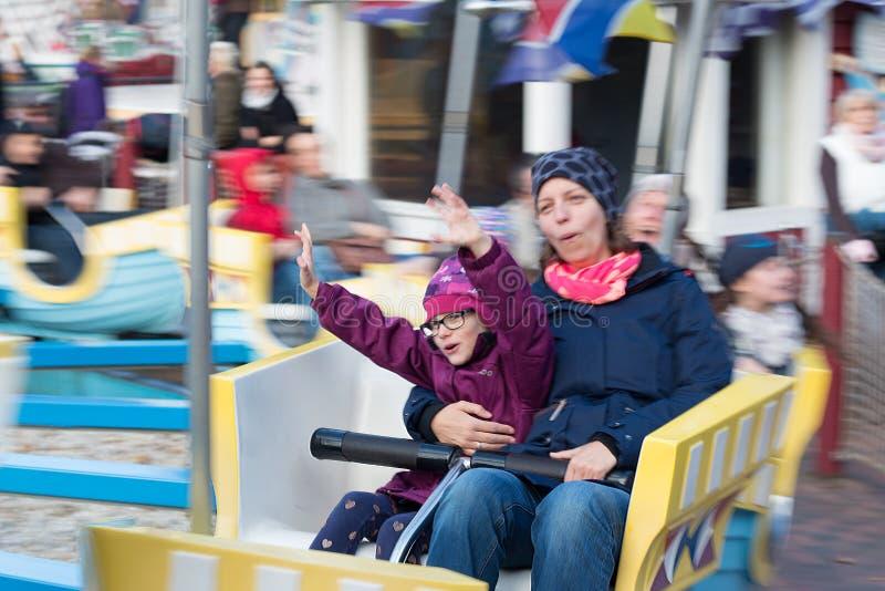 Dziewczyna ma zabawę z jego matką w carousel obrazy royalty free