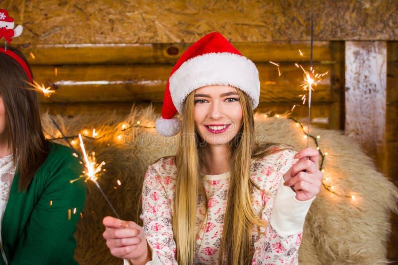 Dziewczyna ma zabawę z ogieniem błyska na domu przyjęciu zdjęcia royalty free
