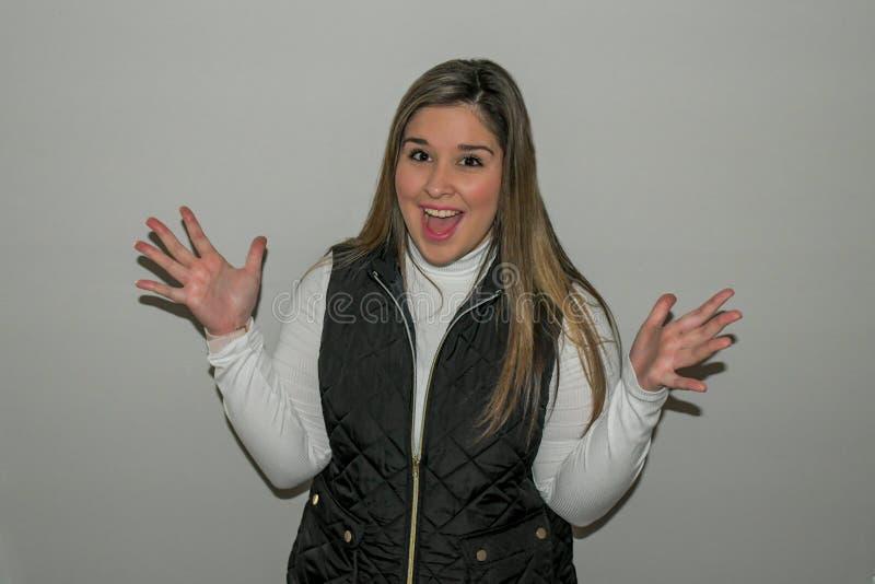 Dziewczyna macha ręki up w niespodziance! fotografia stock