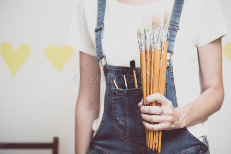 Dziewczyna malarz trzyma muśnięcie fotografia stock
