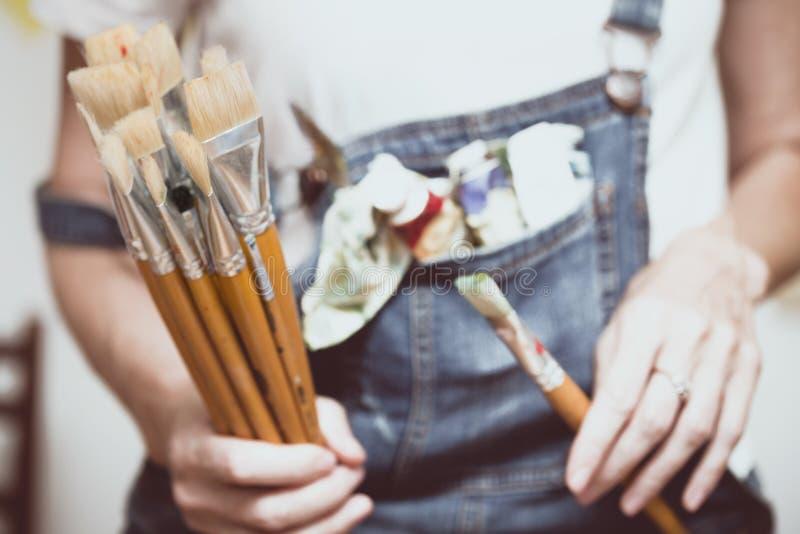 Dziewczyna malarz trzyma muśnięcie fotografia royalty free