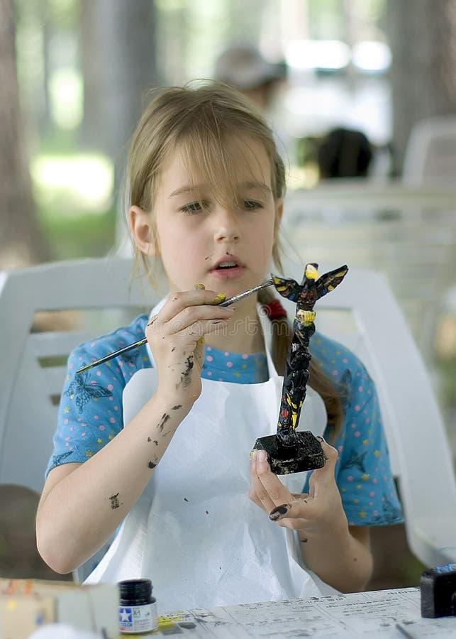 dziewczyna maluje miłego totem zdjęcie stock