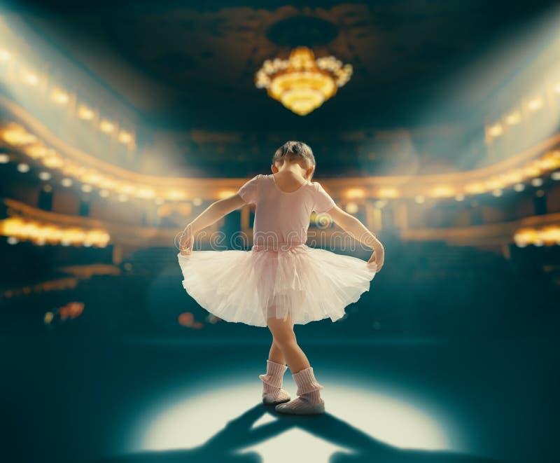 Dziewczyna marzy zostać baleriną obraz royalty free