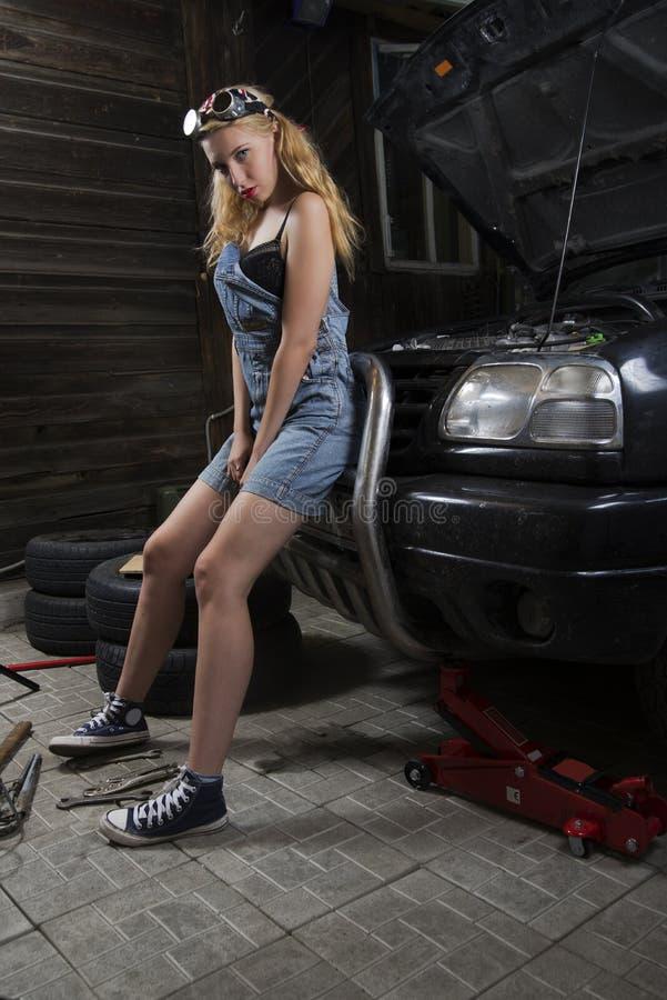 Dziewczyna mechanik w kombinezonach fotografia royalty free