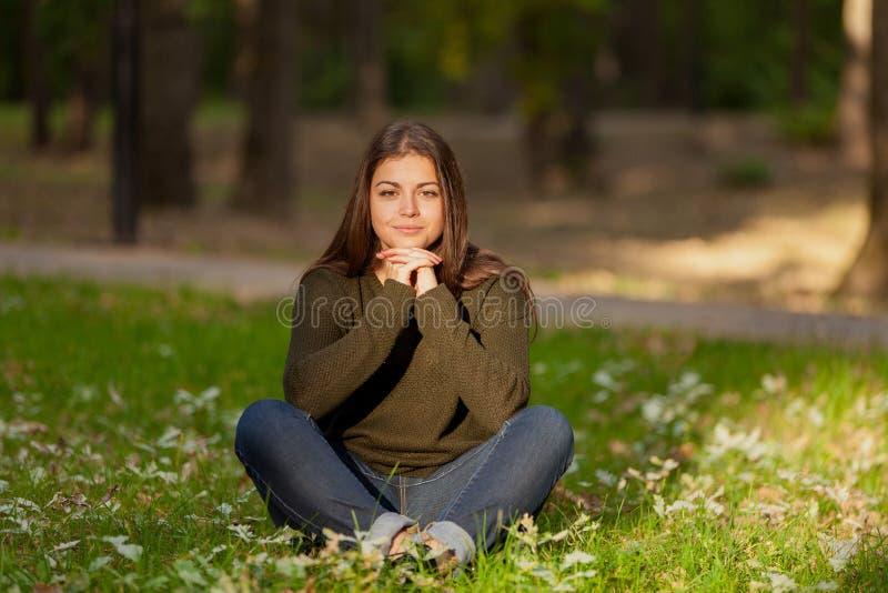 Dziewczyna medytuje w parku zdjęcia royalty free